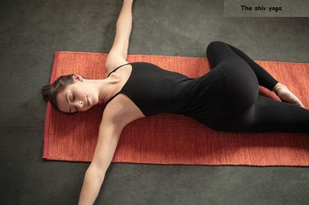 Supta Matsyendrasana (Cross Twist Pose) pour la constipation.
